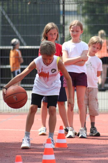 Kids in Action: Basketball will ausprobiert werden.