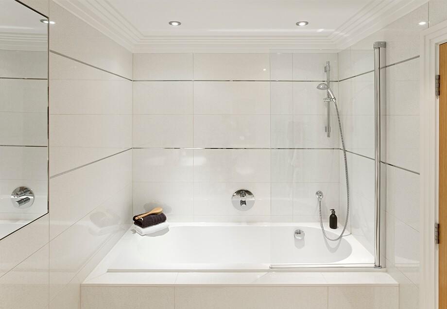 Ein Kleines Badezimmer Mit Gläserner Duschwand Und Spiegel Wirkt Größer  Durch Die Richtige Beleuchtung.